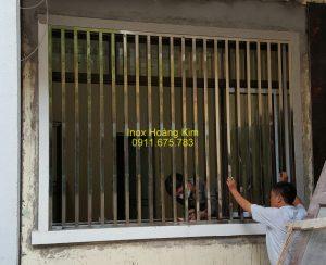 Sen hoa cửa sổ inox mẫu 17