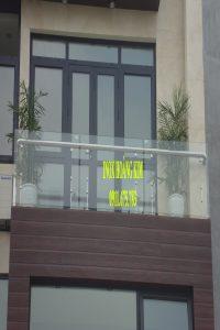 Ban công kính inox mẫu 8