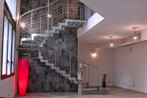 Nên chọn cầu thang gỗ hay cầu thang inox?
